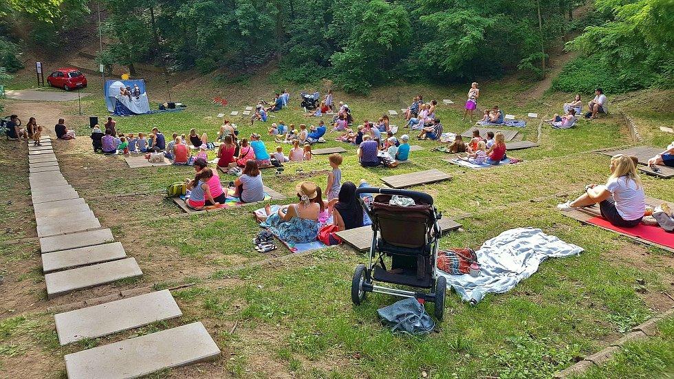Na Lesné se do nově opraveného amfiteátru poprvé podívali návštěvníci v neděli.