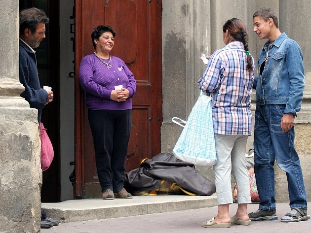 Lidé, kteří obchází kostely s nataženou dlaní, vadí i mnohým turistům