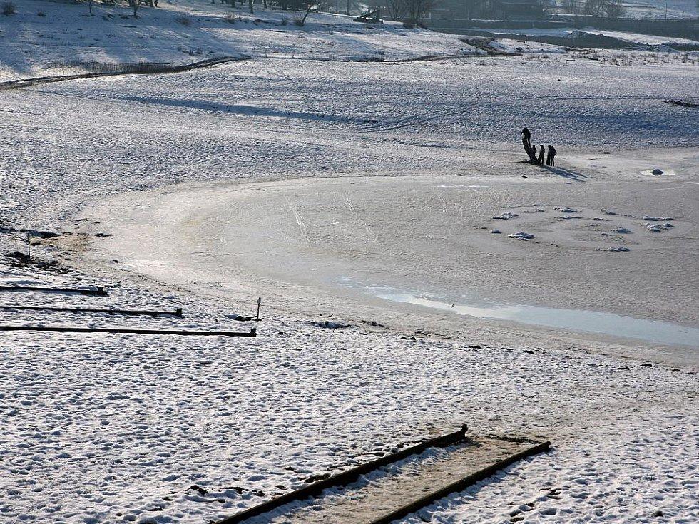 Brněnská přehrada v zimním kabátu.