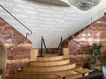 Kolik povyku mohou vyvolat jedny schody, se před nedávnem přesvědčili noví nájemníci budovy na Jakubském náměstí, kde byla dříve kavárna Savoy. Nynější provozovatel tam totiž opravil schody. Na sociálních sítích kvůli změně zaznívaly nelibé reakce.