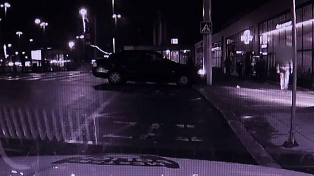 Řidič s autem narážel do sloupu přímo před strážníky.