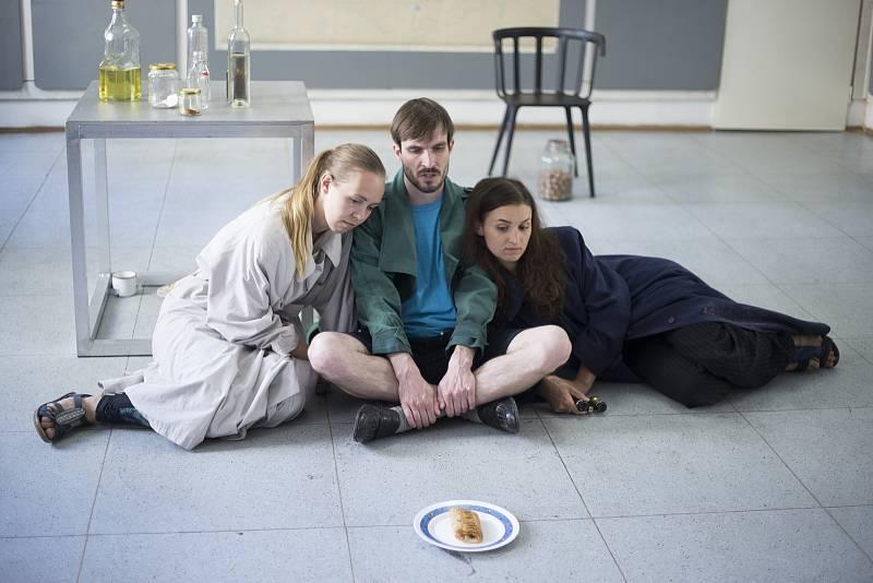 """Nezávislé profesionální divadelní uskupení """"bazmek entertainment"""" ve spolupráci s Mikro-Teatrem uvádí premiéru inscenace Ein Strudel undNekonečno"""