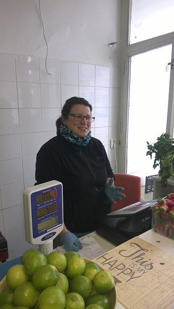 Po celé republice přešla 1.března druhá vlna obchodníků na elektronickou evidenci tržeb (EET). Eva Žáková, prodavačka ovoce a zeleniny na Lidické ulici vBrně: 'Pokladnu máme už od poloviny ledna, zatím funguje dobře. Autentizační údaje máme nahrané od s