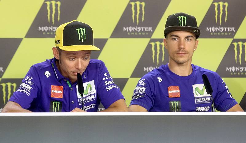 Tisková konference s jezdci Moto GP - zleva Valentino Rossi a Maverick Viňales.