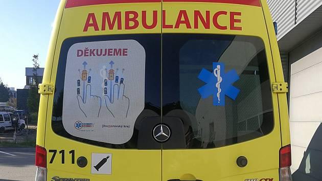 Nálepky na sanitních vozech jihomoravských záchranářů ukáží řidičům, jak vytvořit takzvanou záchrannou uličku.