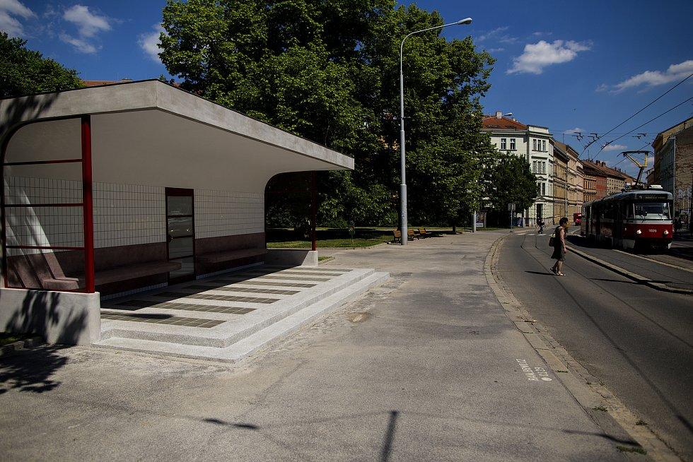 Na brněnském Obilním trhu otevřeli lidem opravenou funkcionalistickou zastávku.