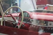 Zatímco na předchozích ročnících akce Brno Revival viděli návštěvníci, jakou rychlostí uhání i několik desítek let stará auta, v sobotu se pohodlně mohli podívat na jejich interiér nebo se v něm i svést.