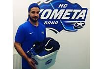Martin Zaťovič s boxem plným kšiltovek, které fanoušci Komety naházeli na led poté, co vstřelil hattrick v zápase s Libercem.