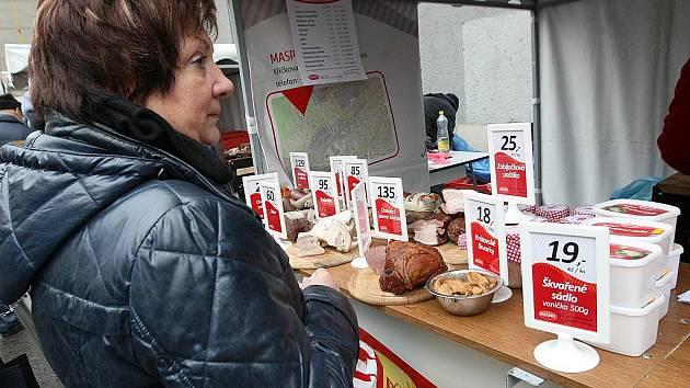 Velký počet návštěvníků v pátek zaznamenali organizátoři brněnských Farmářských trhů. Ovoce, zeleninu, sýry nebo ryby si mohli zákazníci koupit na parkovišti v Kotlářské ulici nedaleko centra Brna.