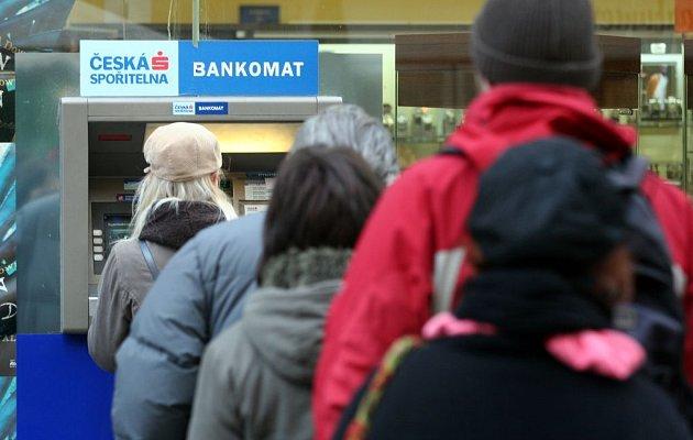 Jihomoravané chystající se na nákupy do Brna by si měli vybrat peníze předem. U brněnských bankomatů se totiž načekají.