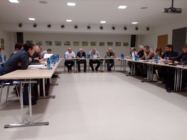 Měsíc nejistoty, vypjatých nervů a strachu končí. Zastupitelé městské části Brno-jih vúterý na mimořádném jednání odsouhlasili zrušení plánů na sloučení šesti mateřských školek. Pro hlasovalo všech devatenáct zastupitelů.