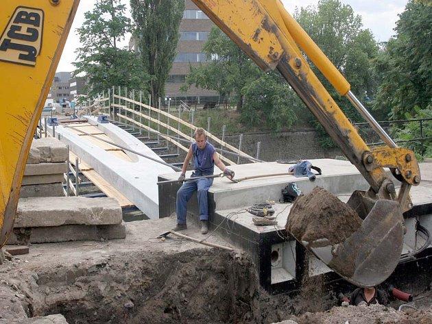 Probíhající stavební práce na lávce v Heršpické ulici