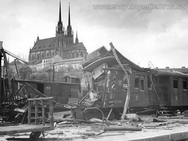 Bombou zasažený osobní vagon na V. nástupišti osobního nádraží v Brně (pátek 27. dubna 1945). Foto Ing. Jaroslav Horák.