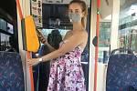 Cestující v tramvaji při použití Pípni a jeď. .