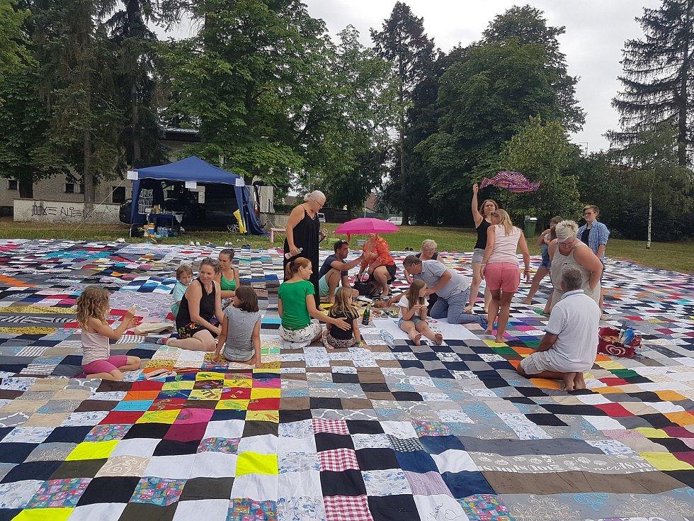 Akce Česko jde spolu na piknik vyzvala lidi z různých míst naší země, aby pořádali ve stejný čas piknik. Na snímku loňský piknik v Dobříši na obrovské dece.