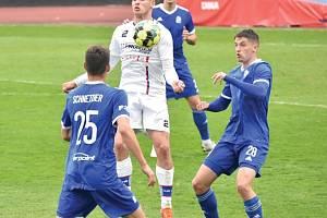 Líšeňští fotbalisté (v bílém) zvítězili na hřišti pražského Vyšehradu 2:1.