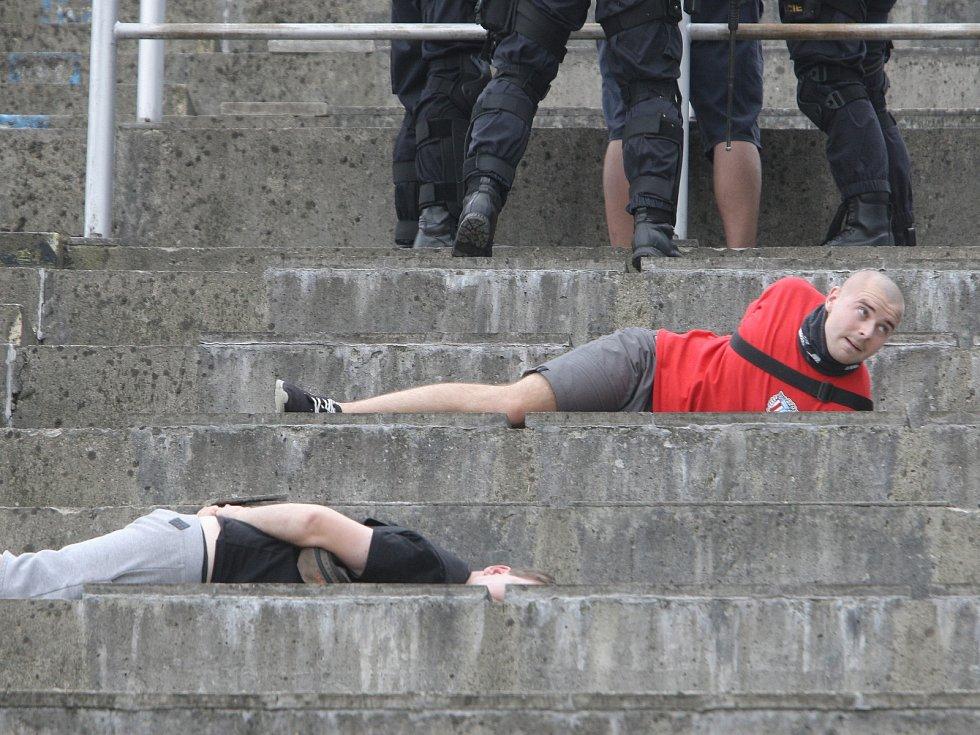 Domácí zápas Zbrojovky s Baníkem se neobešel bez výtržností fanoušků. Policisté zasáhli.