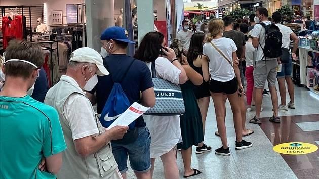 Tak vypadala situace v nově otevřeném očkovacím centru bez registrace v nákupním centru Olympia u Brna.