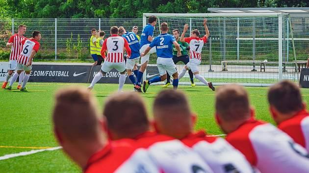 Brno (v červenobílém) vykročilo za obhajobou domácí výhrou 7:4 s Olomoucí.