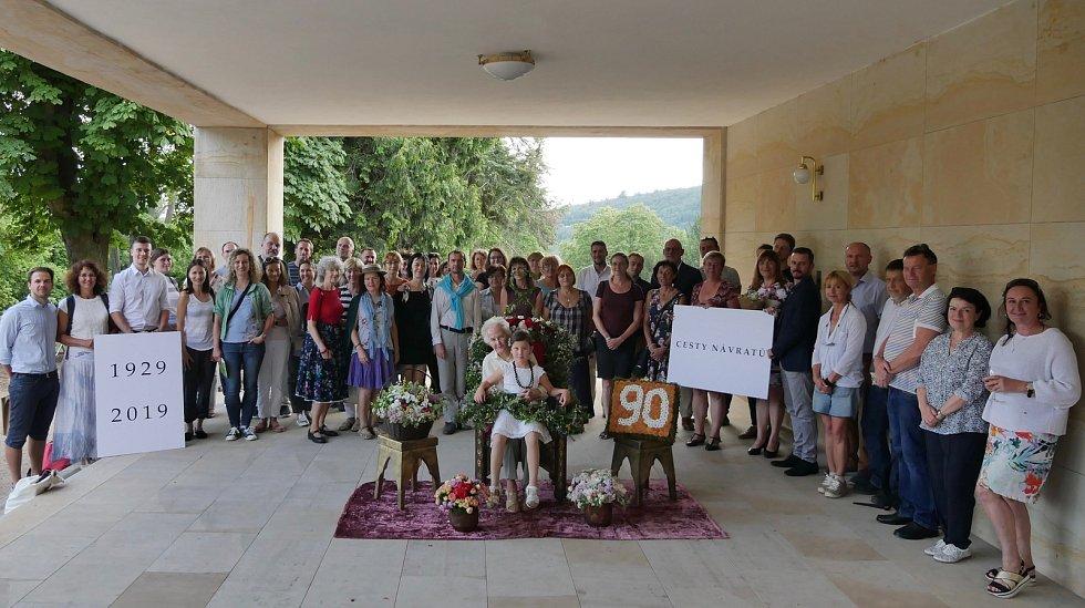 Spolek Přátelé vily Stiassni oslavil devadesát let od dokončení stavby vily. Na snímku v popředí pamětnice Marie Straková, která ve vile za první republiky prožila dětství.