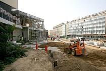 Plastika sochaře Olbrama Zoubka se vrátila před hotel Continental v Brně.