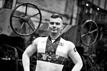Dráhoví cyklisté brněnské Dukly (na snímku Martin Čechman) při oficiálním focení v ostravské hutnické továrně.