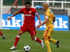Fotbalisté Zbrojovky (v červeném Pavel Zavadil) v utkání proti Dukle.