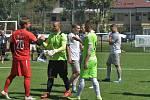 Brněnský gólman Lukáš Zrzavy (v červeném) se zdraví se soupeři z Mad Dogs po utkání základní skupiny, které skončilo 2:2.