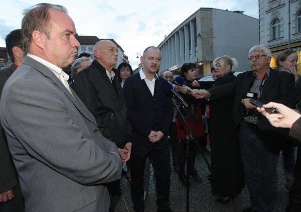 Tisková konference kvýsledkům voleb sčleny ČSSD.