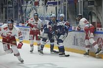 Hokejisté (v modrém) Komety porazili Olomouc 4:1.