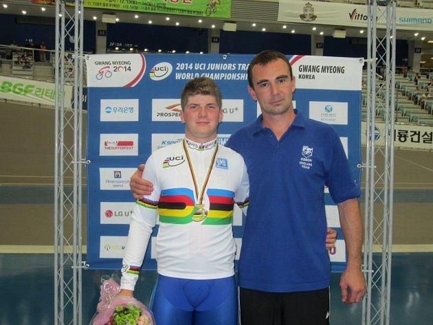 Juniorský mistr světa v kilometru s pevným startem Jiří Janošek s trenérem Zdeňkem Noskem.