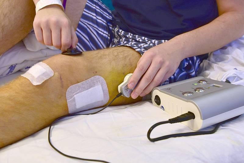 Mladík měl po zranění o centimetry kratší nohu. Díky brněnským lékařům mu dorostla