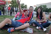 Obraťme to, hoši, ozývá se bouřlivě z Moravského náměstí v Brně. České fotbalisty tam v úterý při ostře sledovaném duelu s Tureckem přišla podpořit více než stovka lidí. Bohužel však na Turky nestačili a podlehli jim 0:2.