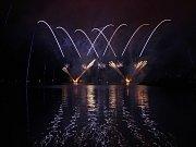 Přes 190 tisíc diváků podle pořadatelů sledovalo první ze soutěžních ohňostrojů festivalu Ignis Brunensis, který se v noci na neděli rozzářil nad Brněnskou přehradou. Přichystal jej česko-německý tým.