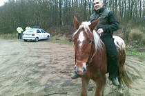 Strážník na koni našel pohřešovanou ženu.