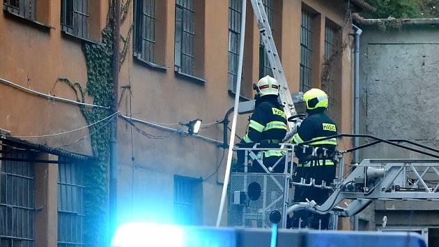 V sobotu krátce po šesté hodině večer zachvátil okolí skladu v Bratislavské ulici požár. Na místě se nikdo nezranil.