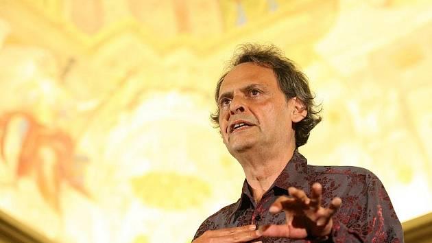 Kytarista a skladatel Roland Dyens v Brně.