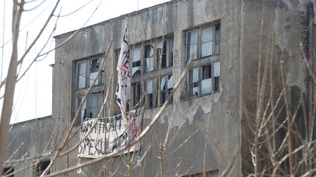 Spolkový dům v brněnských Zábrdovicích léta chátrá. Na jeho stav nedávno upozornily transparenty. Nahradit jej má bytový dům.
