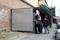 Trhovci postupně opouštějí prostor mezi podchodem pod brněnským hlavním nádražím a obchodním domem Tesco.
