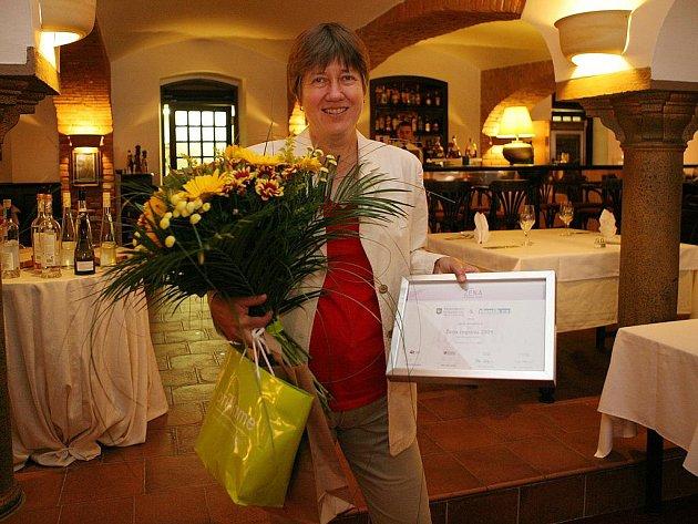 Jana Jarušková přebírá ceny za vítězství v soutěži Žena regionu 2009.