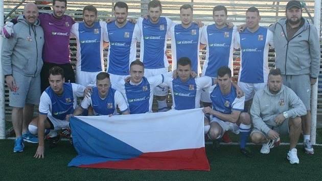 Se dvěma cennými triumfy se vrátili čeští seniorští reprezentanti v malém fotbalu z tuniského Hammametu. Po páteční výhře 11:7 nad nejlepším tamní celkem Tazarkou zdolali v sobotu tuniskou reprezentaci 3:2.