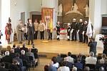 Úspěšní absolventi řemesla čalounictví a kominictví byli v úterý pasováni na tovaryše. Střední škola stavebních řemesel Brno-Bosonohy tak třetím rokem oceňuje studenty za zvuků státní hymny a fanfáry.