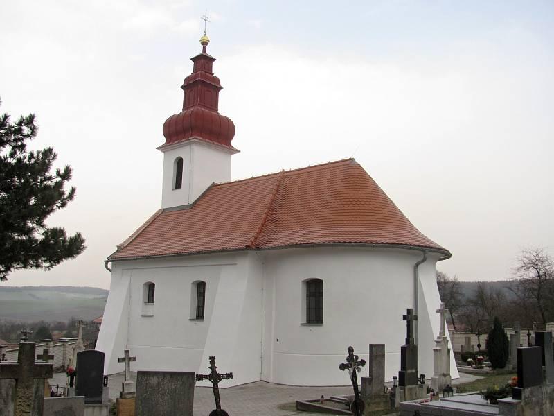 Kostel sv. Cyrila a Metoděje v Hvězdlicích. Románská cihlová stavba ze 13. století procházela postupnou rekonstrukcí od roku 2011. Postupně byla opravena střecha, věže, omítky a interiéry. Stavba po opravách.
