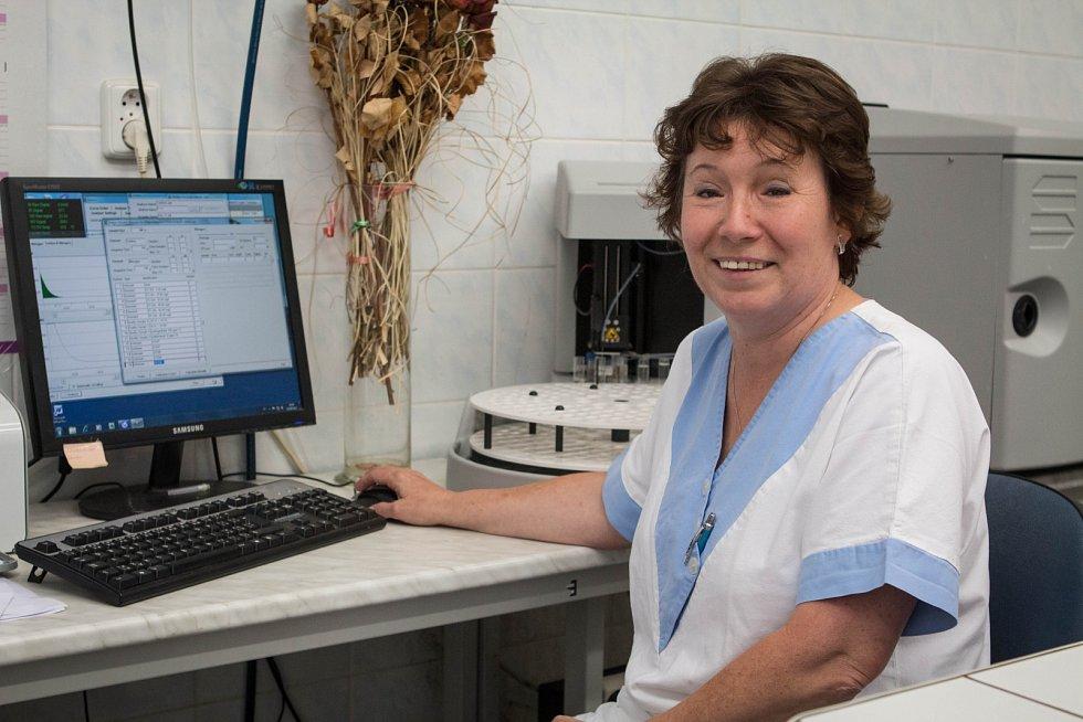 Při rozborech pracovníkům v laboratořích pomáhá i moderní technika. Díky ní trvá vyhodnocení mnoha ukazatelů méně času než dřív.