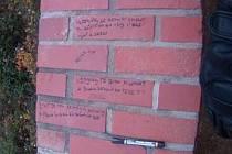 Své zklamání v lásce chtěla ventilovat psaním citátů. Zvolila ale špatné místo. Osmnáctiletou dívku malující po zdi ve čtvrtek přistihli brněnští městští policisté.