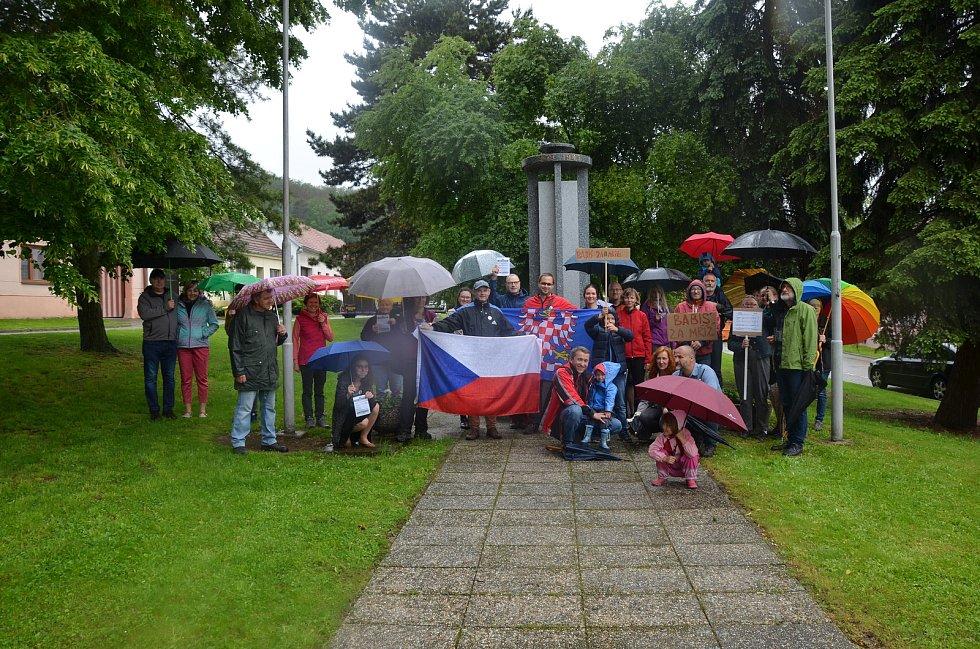 V Moravských Knínicích na Brněnsku v úterý demonstrovalo za nezávislou justici asi čtyřicet lidí.