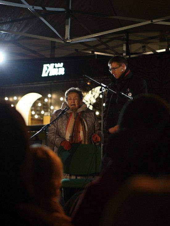 Zhruba dvě stě lidí přišlo na vzpomínkovou akci k 17. listopadu na brněnské náměstí Svobody.