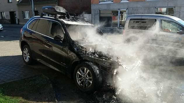 V brněnských Židenicích hořelo luxusní auto.