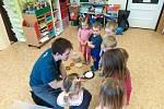 Autor projektu KváseCzech pekl i s dětmi ve školce, pořádá kurzy. Z balíčků si lidé vyrobí vlastní rohlíky i bochníky.