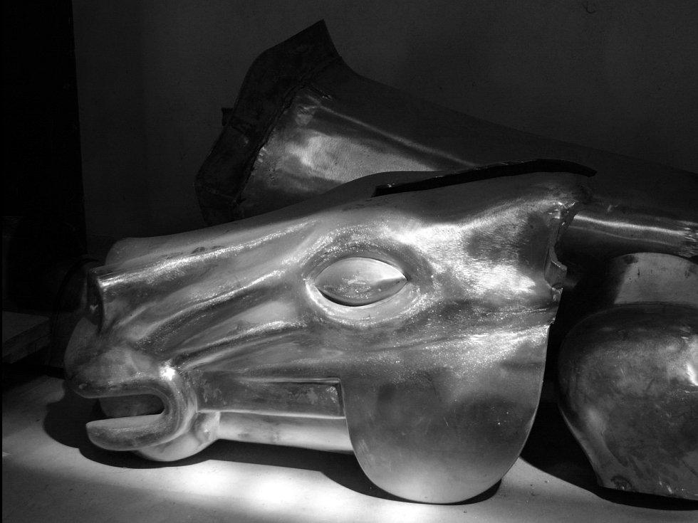 Rozdělaná socha Jošta Lucemburského, která bude od víkendu stát na brněnském Moravské náměstí.